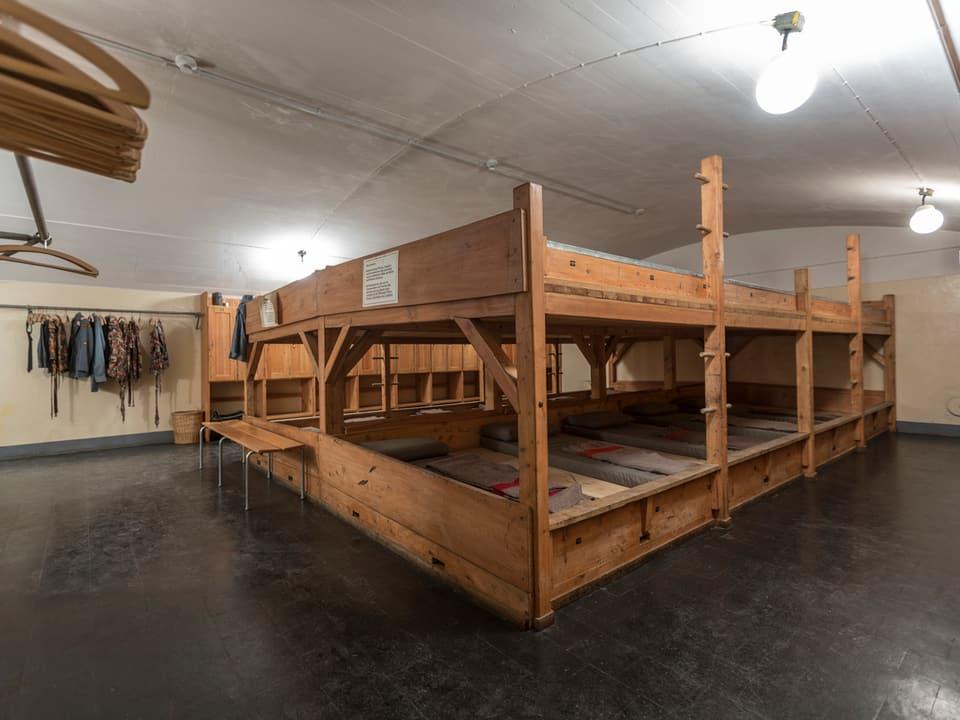 Truppenunterkunft der ehemaligen Artilleriefestung auf dem Gotthard. Mehrbettkonstruktion aus Holz.