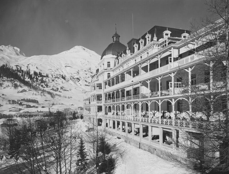 La clinica valbella cun ses balcuns durant il temps glorius da sanatoris a Tavau.