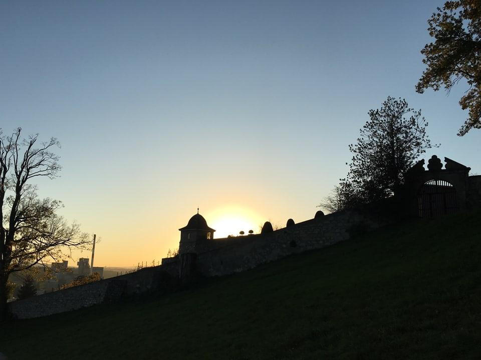 Sonnenuntergang über Schloss Wildegg. Gegenlichtaufnahme.