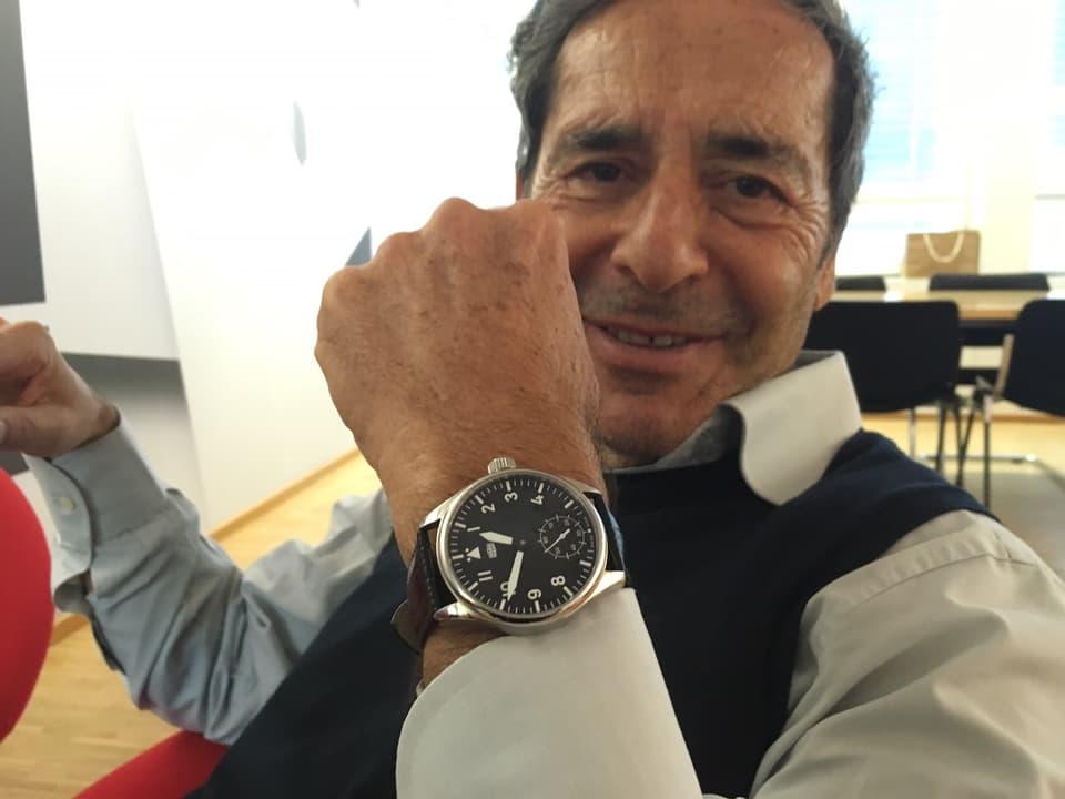 Roger Schawinski mit Uhr