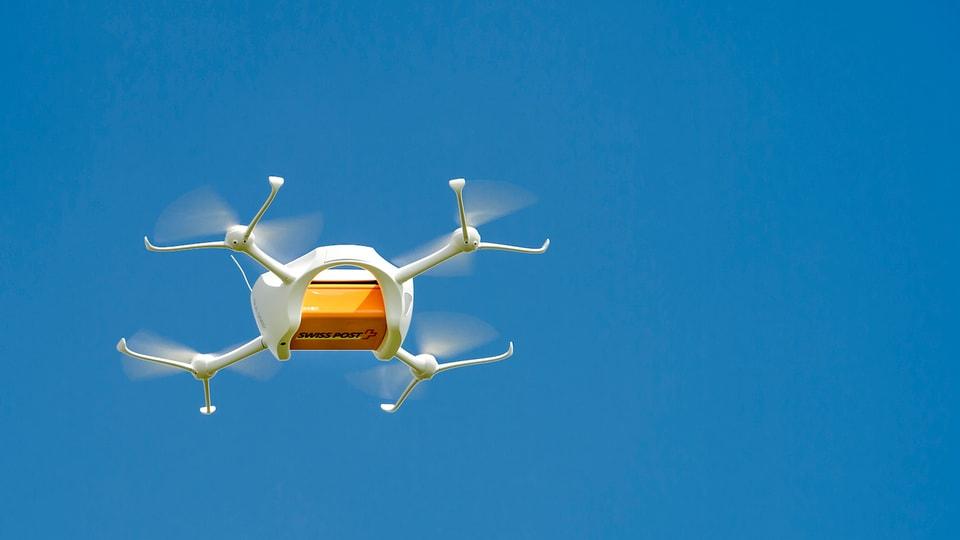 Ina drona cun in pac.