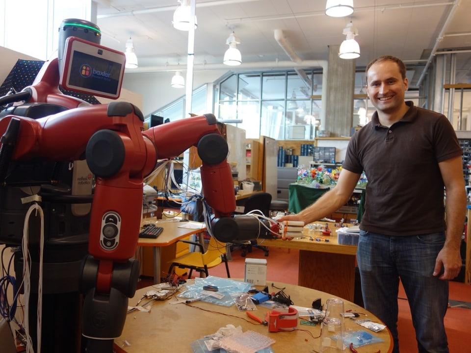 Mann mit Roboter