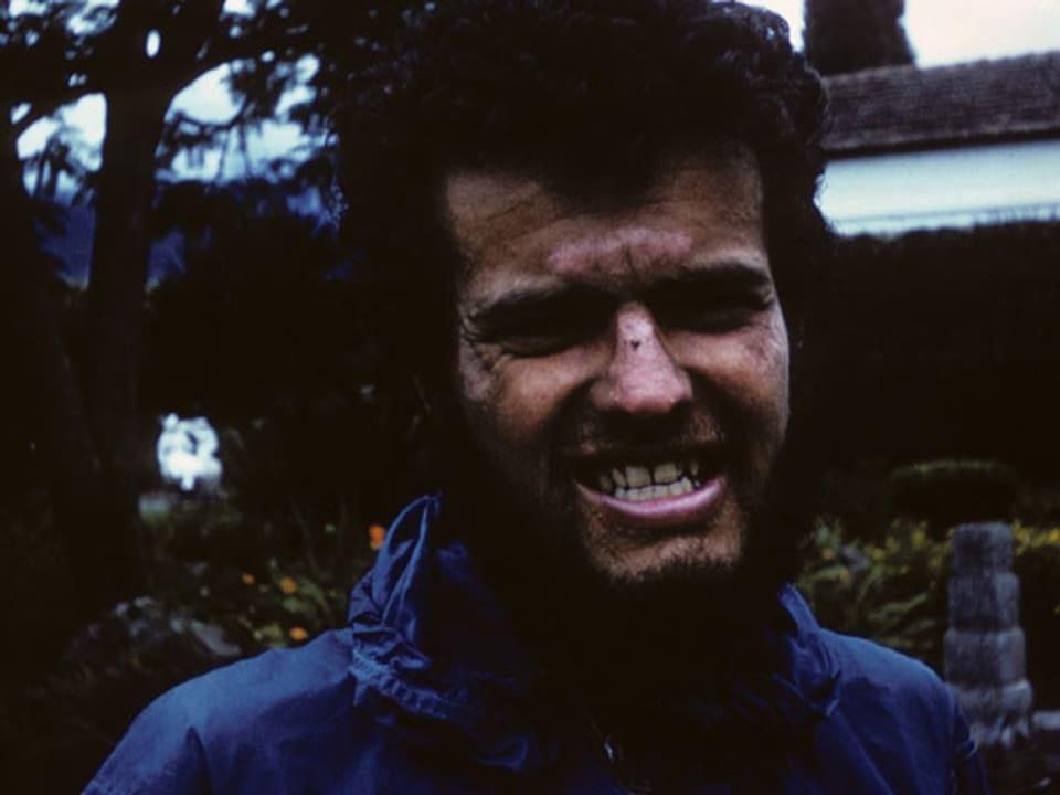 Roger bleckt seine Zähne.