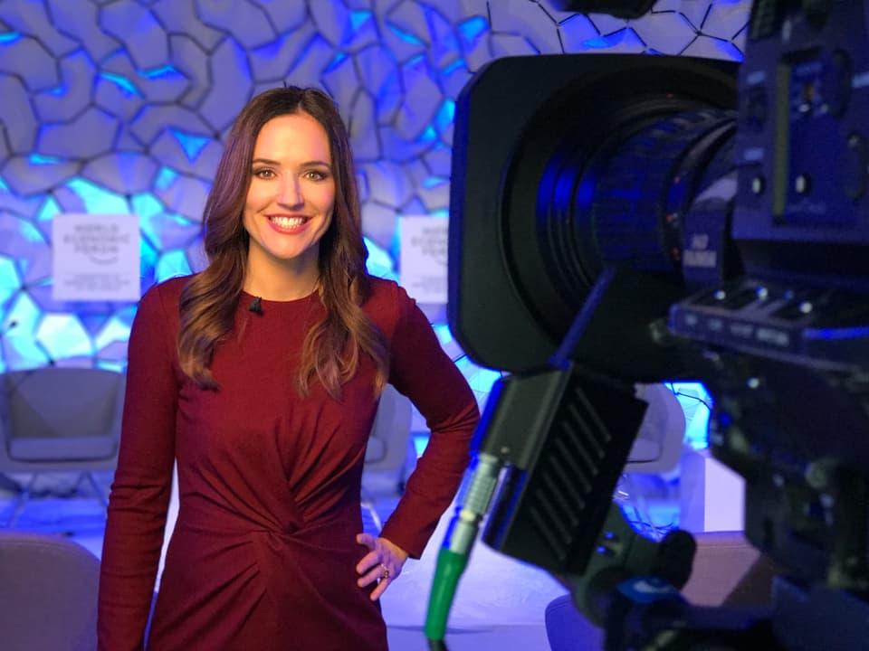 lachende Patrizia Laeri vor der Kamera