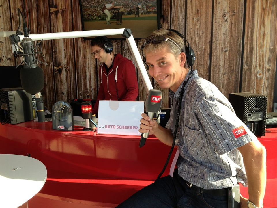 Reto Scherrer am Mikrofon.