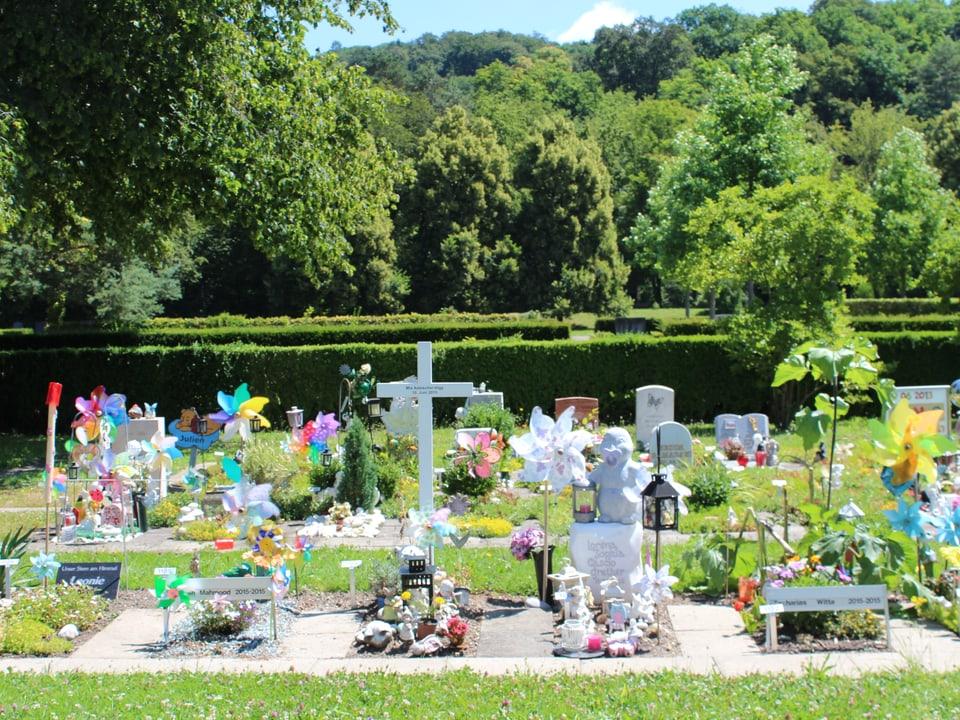 Kindergräber mit viel Farbe, Kreuzen.