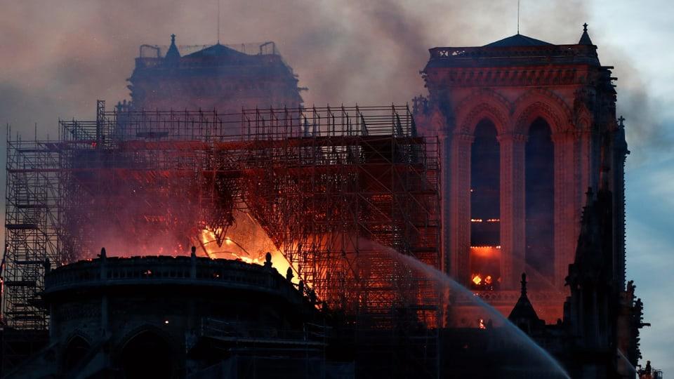 Brand in Kathedrale Notre-Dame - Feuer vollständig unter Kontrolle - News - SRF