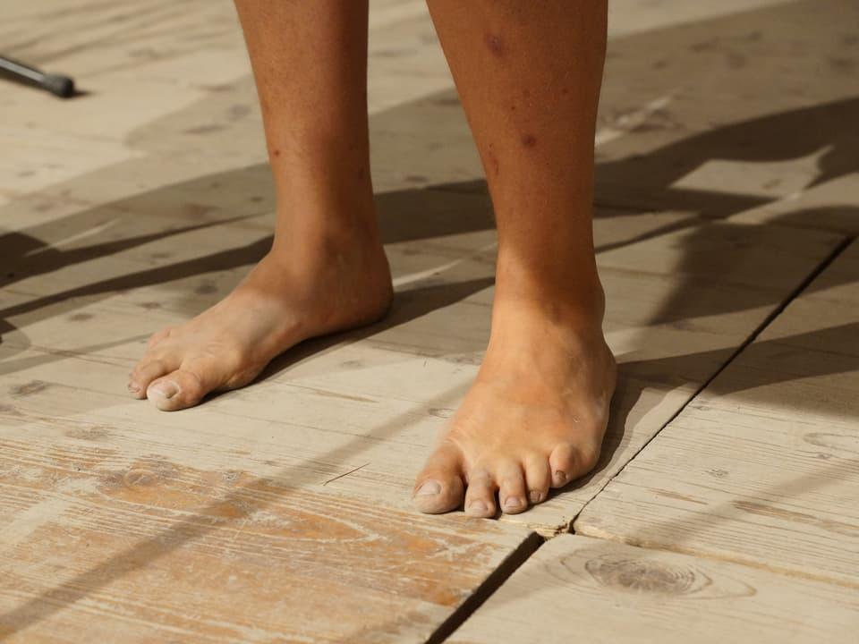nackte Füsse auf Tanzboden