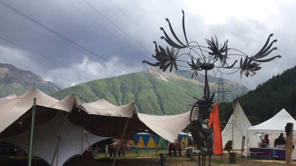 Era la decoraziun al festival e fatga dad artists. Quia ina sculptura da l'artist da Zernez Marco Zuffellato.