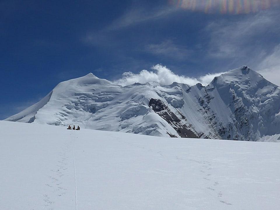 Schneelandschaft mit Himlung Himal im Hintergrund.