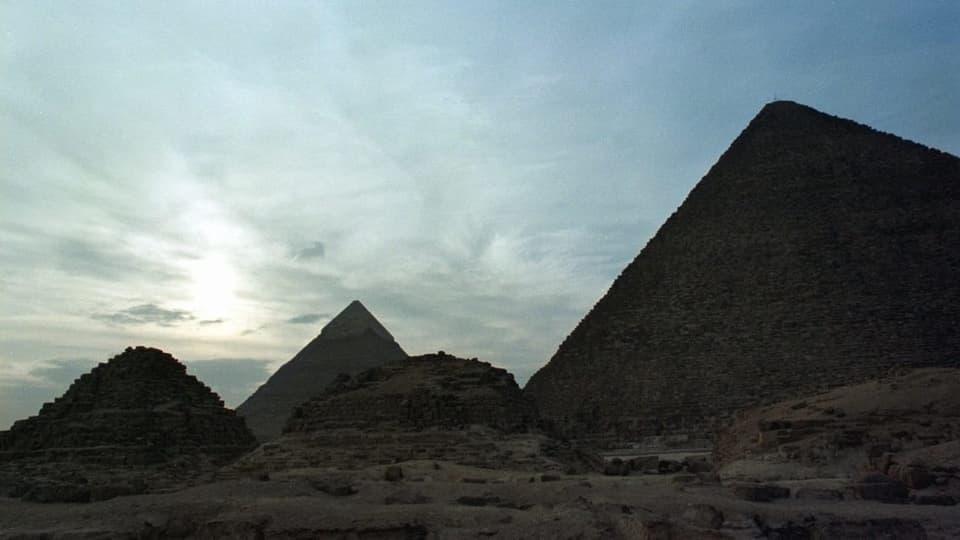 Nahe der Pyramiden von Gizeh - Explosion trifft Touristenbus in Ägypten