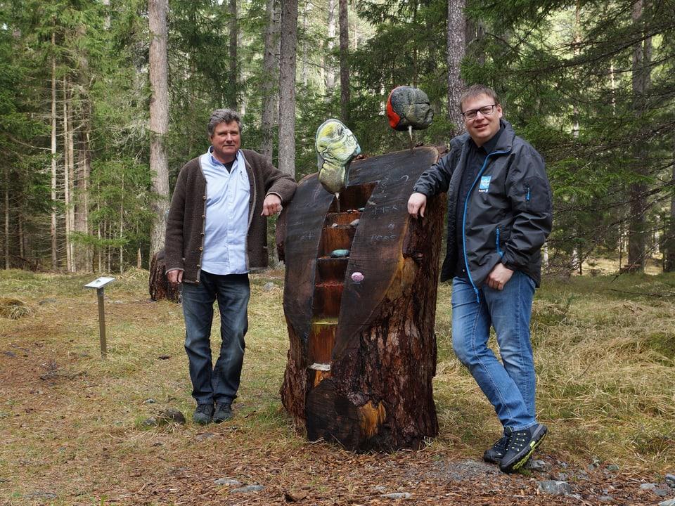 Zwei Männer vor Skulptur