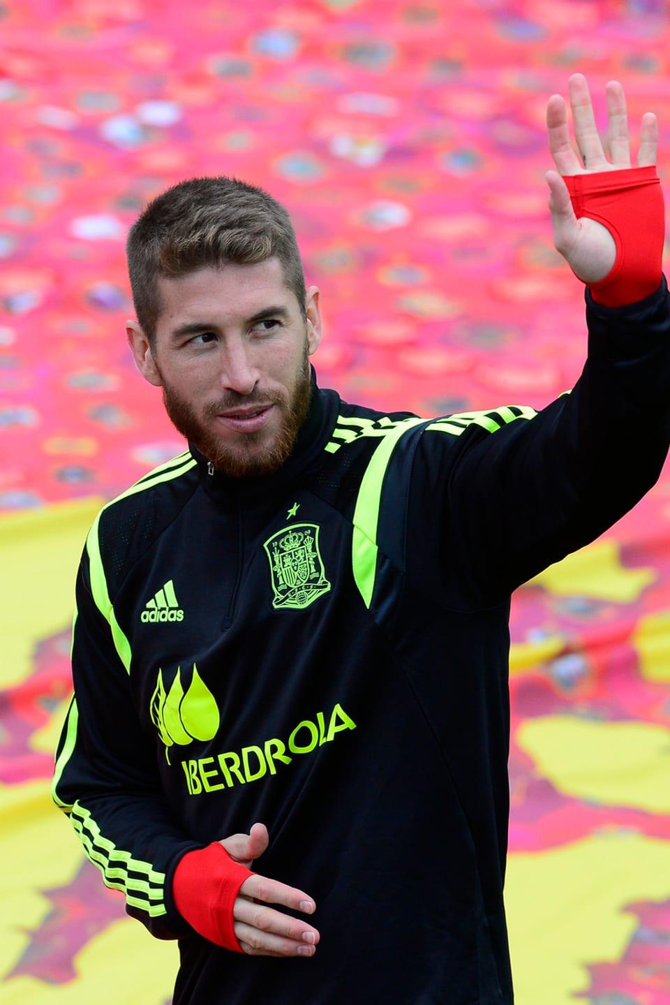 Sergio Ramos winkt.