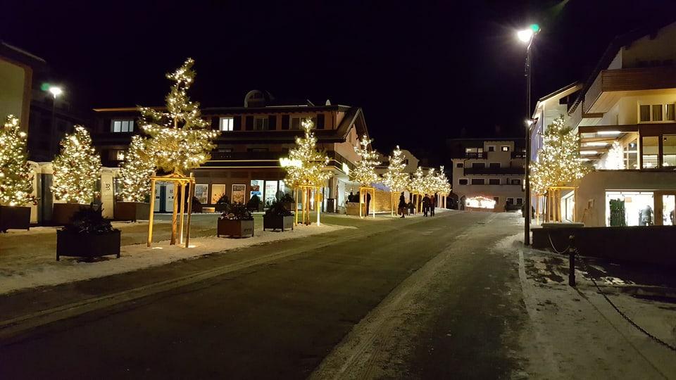 La via che maina da la rondella sin plazza è uss pli stretga ed a lur stattan bostins nov plantads illuminads cun glüschinas da Nadal.