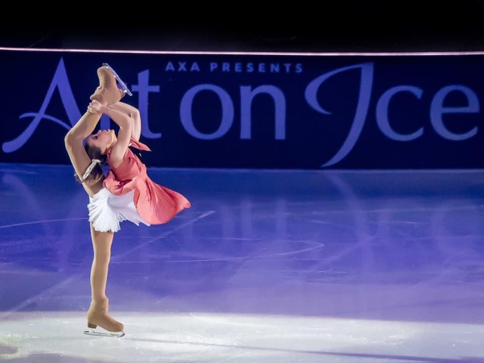 Iasmina Kadyrova zeigt ihre Show auf dem Eis.