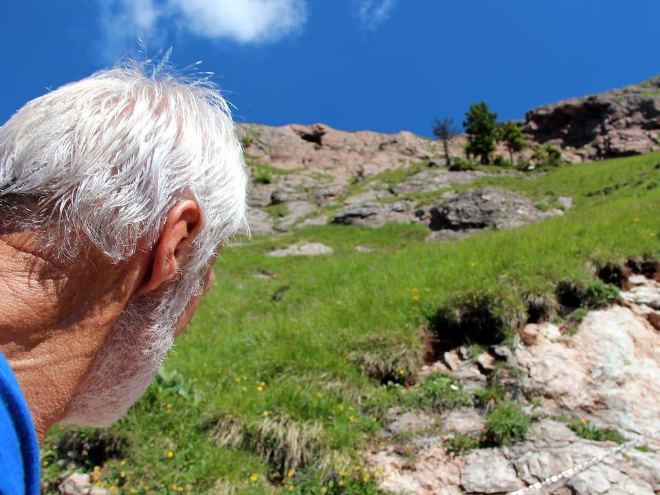Armin Schelbert inspiziert den Berg.