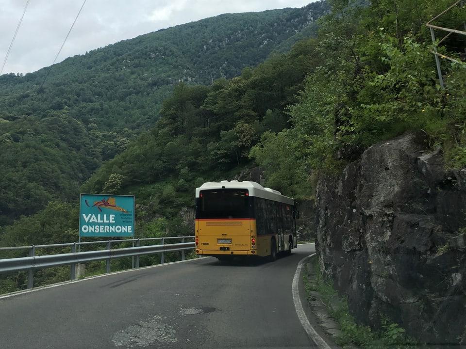 Postauto auf der Fahrt im Onsernonetal (TI)