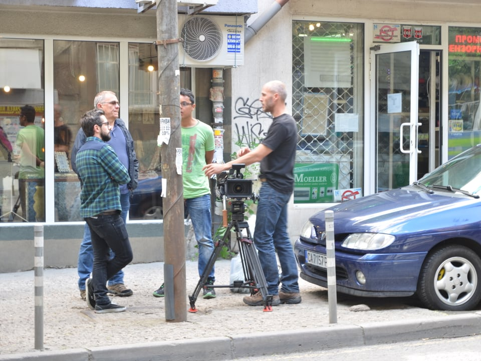 Andi Rohrer (links) und die Crew besprechen die Lage in Sofias Innenstadt.