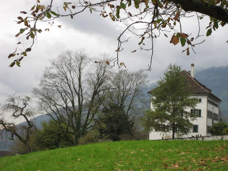 Weisses Herrenhaus auf dem Hügel.