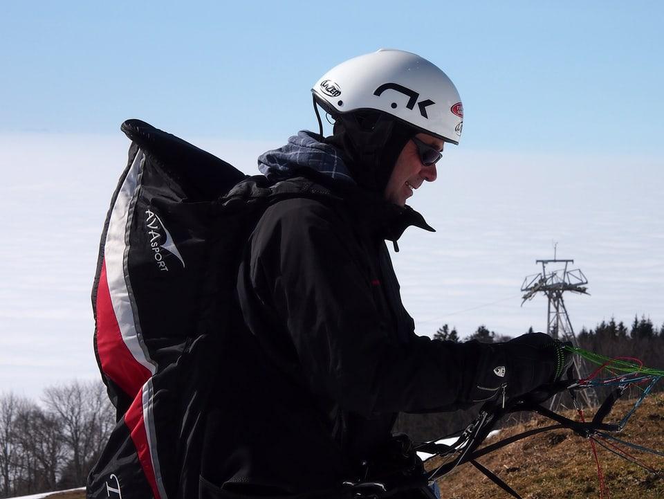 Stefan Keller bereitet sich auf den Gleitschirm-Start vor.