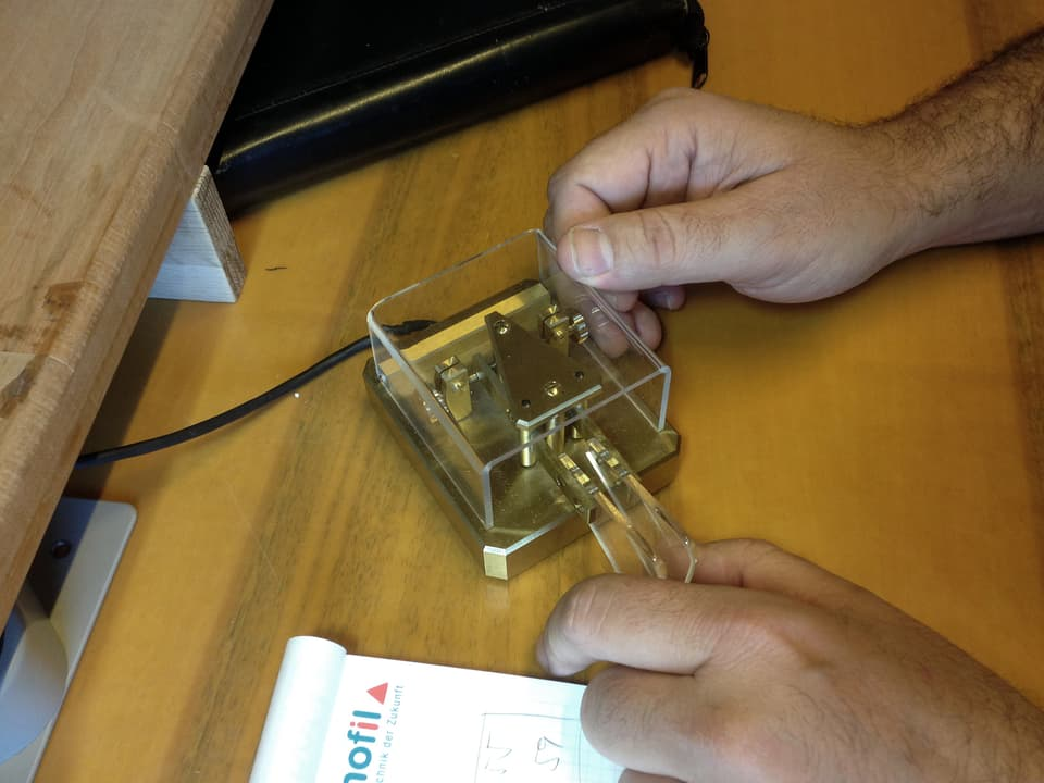 Bedienung eines Morsegeräts.