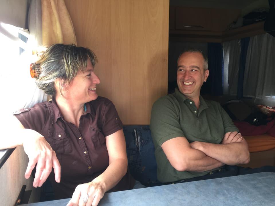 Henry Camus und Gaby Schmutz sitzen am Tisch im Wohnwagen.