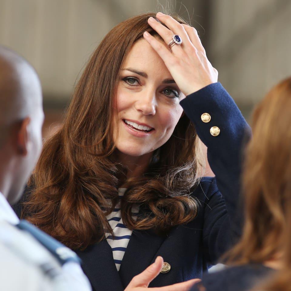 Frau mit Hand auf Kopf