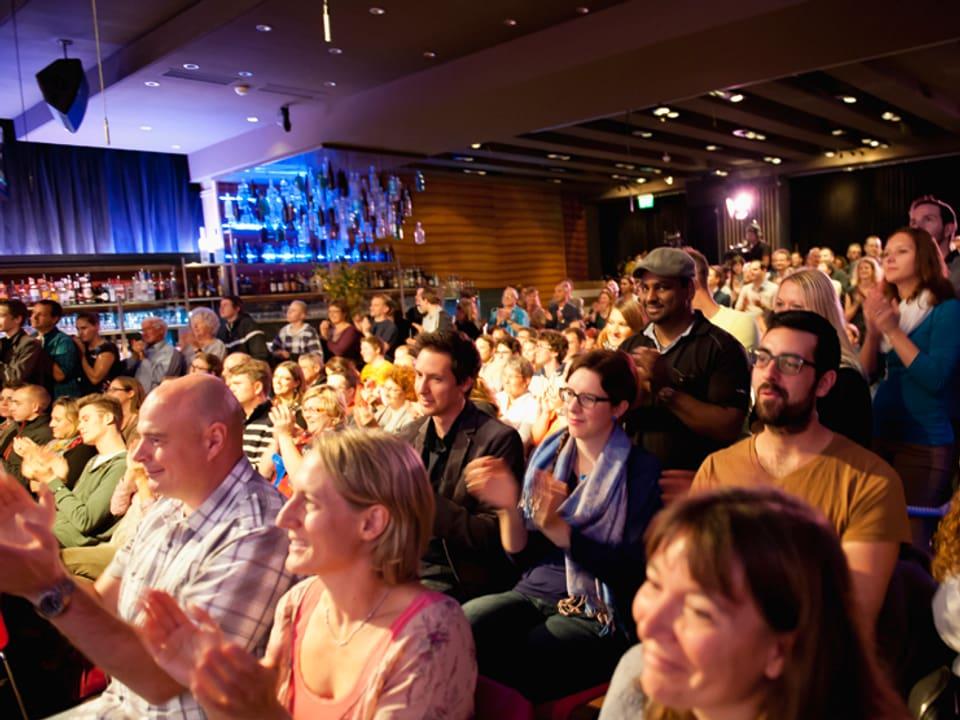 Das Publikum im Saal am Applaudieren.