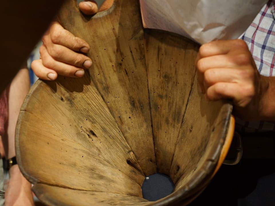 Eigentlich ein unscheinbarer Milchtrichter aus Holz mit Patina.