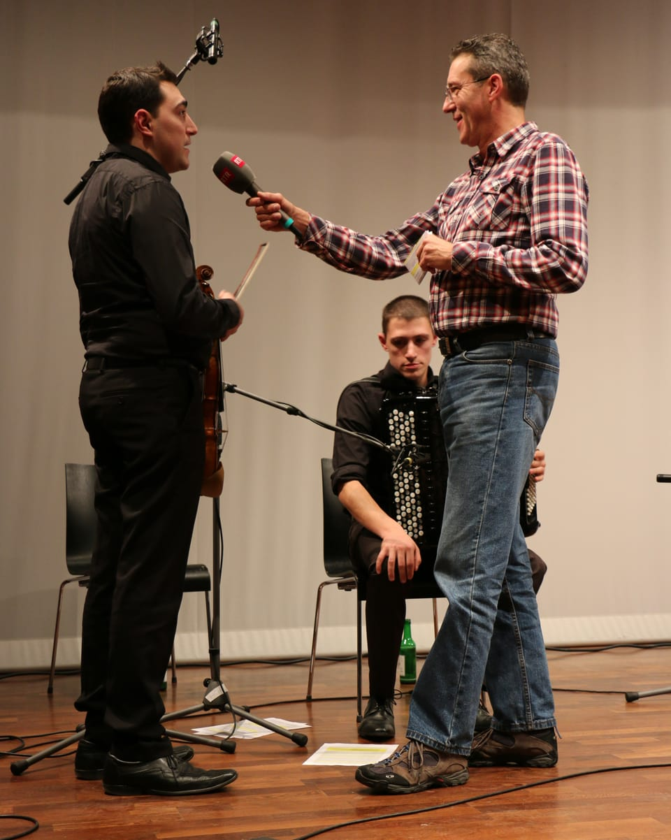 Olivier Bosia durant ina intervista cun Julien & Dimitri Bouclier.