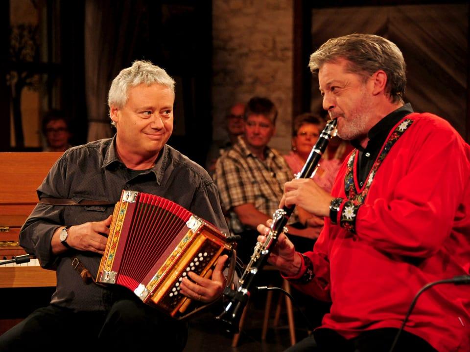 Zwei Musiker gross im Bild. Rechts Bruno Brodt an der Klarinette, links Daniel Marti am Schwyzerörgeli.