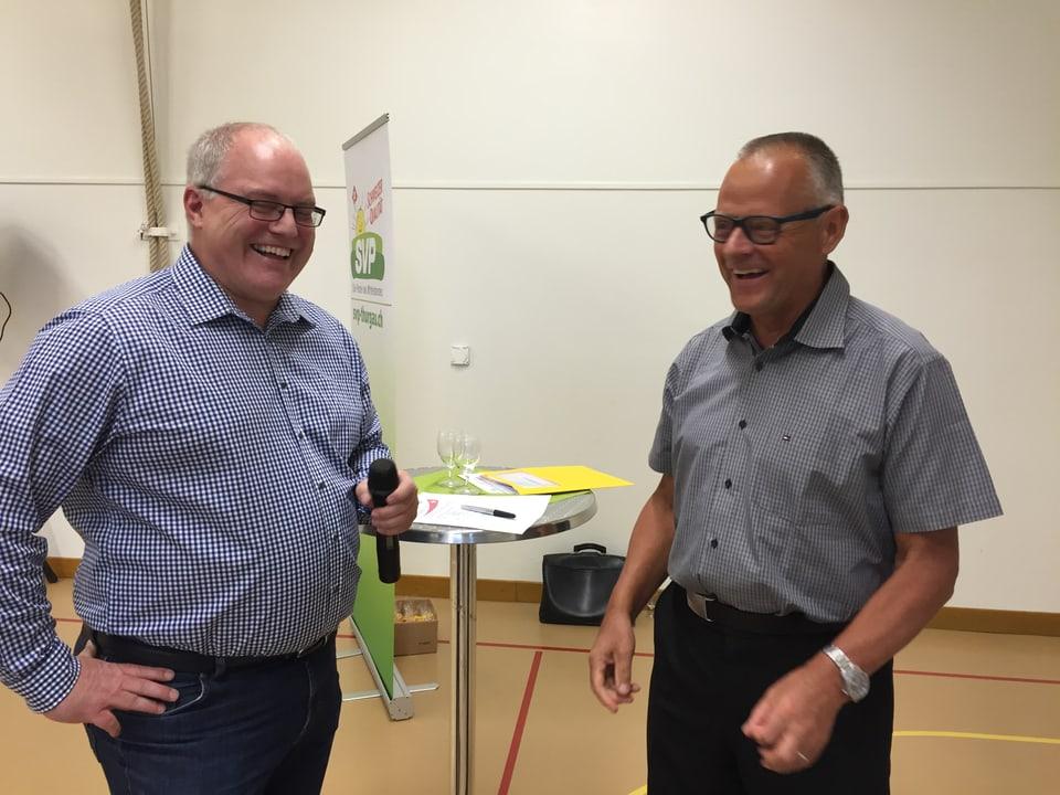 Komiteeleiter Erwin Imhof (rechts) und Willy Hartmann von der SVP-Ortspartei bestreiten die Podiumsdiskussion in Raperswilen TG.