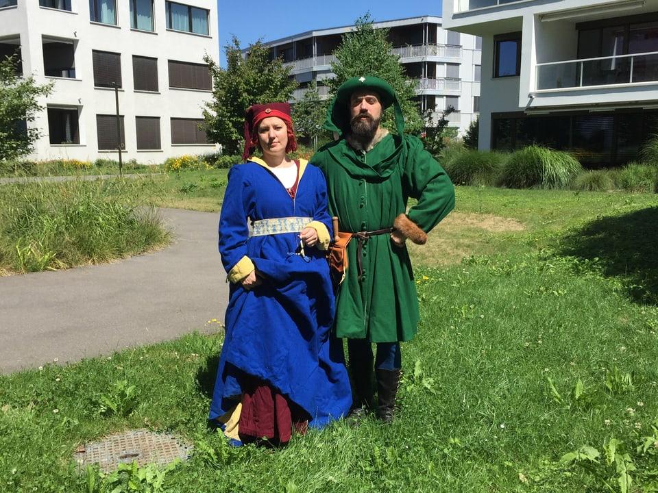 Lea Schieback und Thomas Rauber nähen mittelalterliche Kleidung.