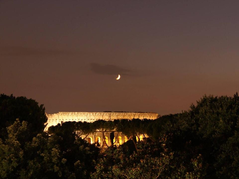 Blick auf das Kolosseum in Rom bei Nacht.