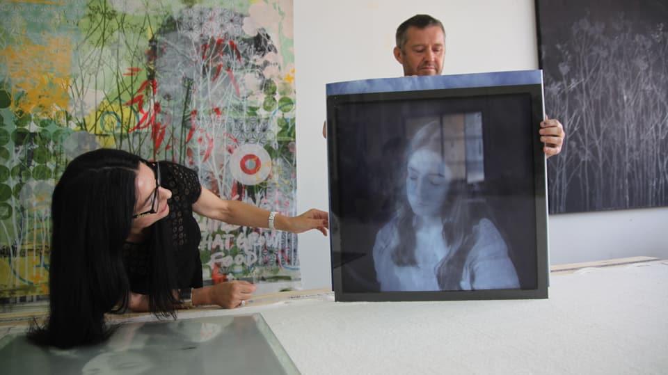 Polixeni Papapetrou zeigt ihre Werke.