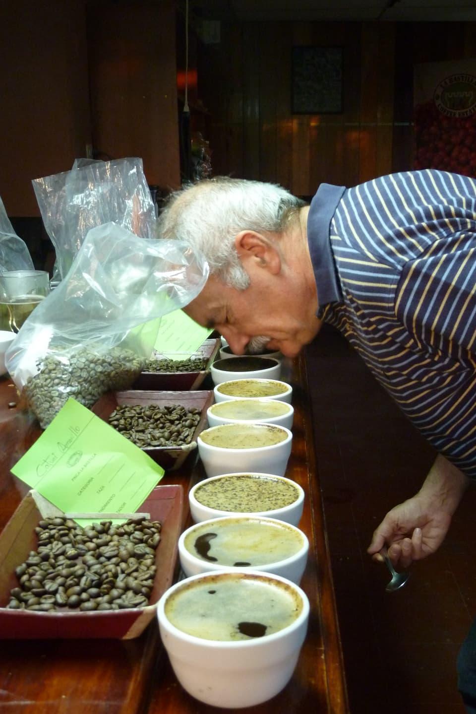 Daniel Badilatti durant ina degustaziun da café en il Nicaragua