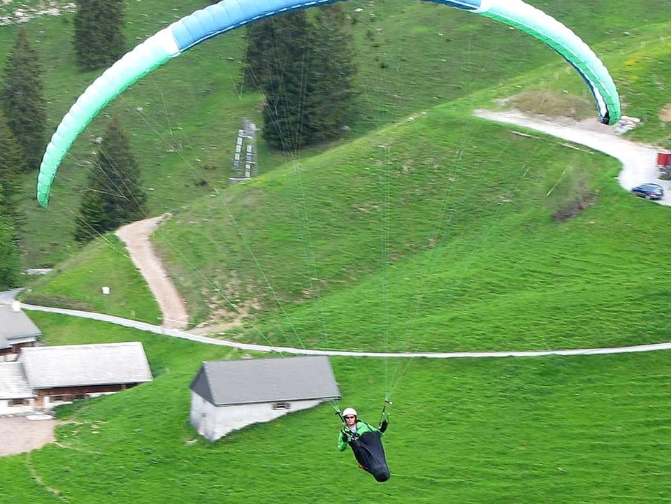 Stefan Keller in der Luft am Gleitschirm hängend.