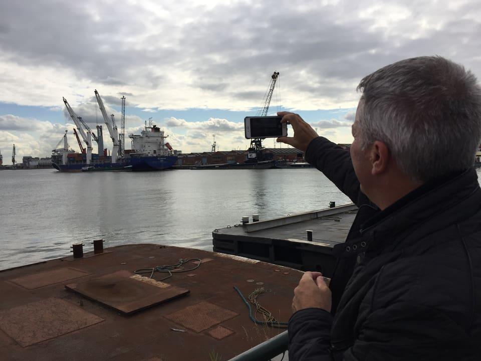 Reto Lipp fotografiert Frachtschiff.