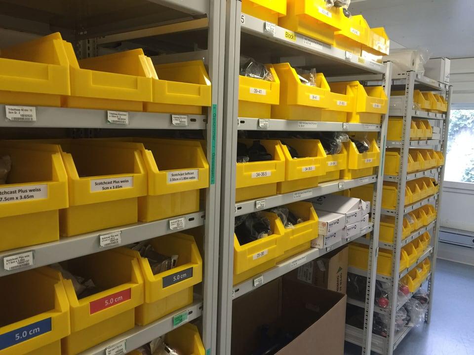 Gelbe Plastikkistchen mit Ersatzteilen.