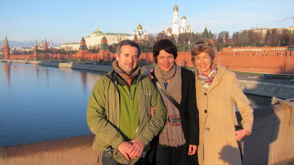 Laurent Stoop (Kamera), Kathrin Winzenried und Helen Stehli Pfister (Filmautorin) bei den Dreharbeiten in Moskau.
