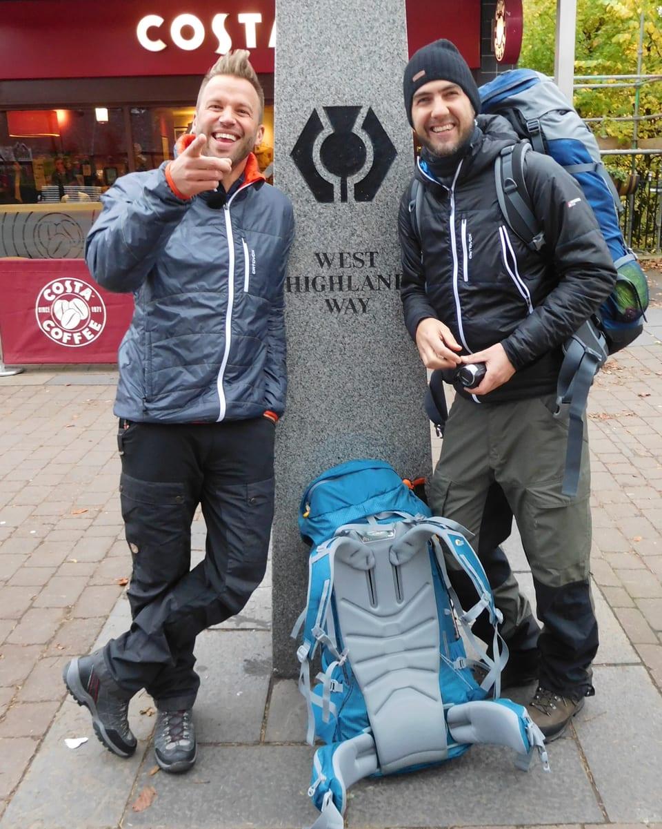 Jonny Fischer und Manuel Burkart stehem beim Startsein WHW Milngavie in Glasgow.