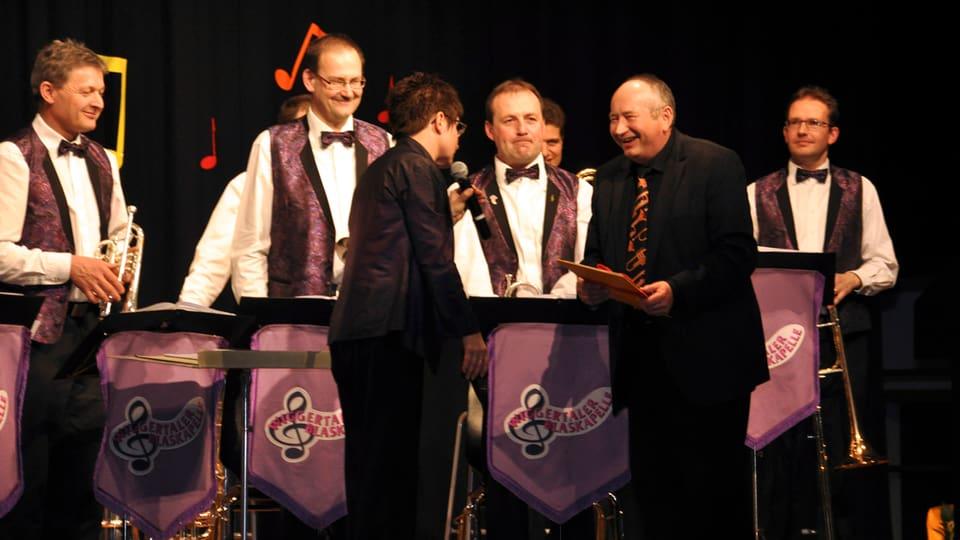 Theres Müller-Tanner bedankt sich bei Kurt Brogli für sein grosses Engagement für die Schweizer Blasmusik.