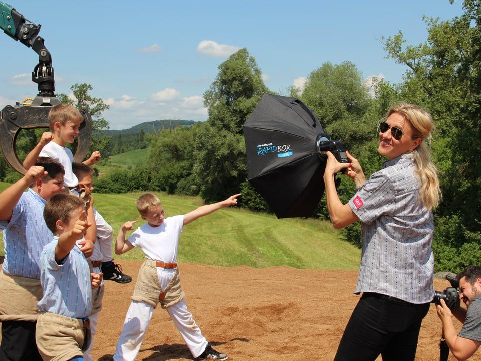 Sandra Schiess hält für den Fotografen, der die Jungschwinger ablichtet eine Lampe.