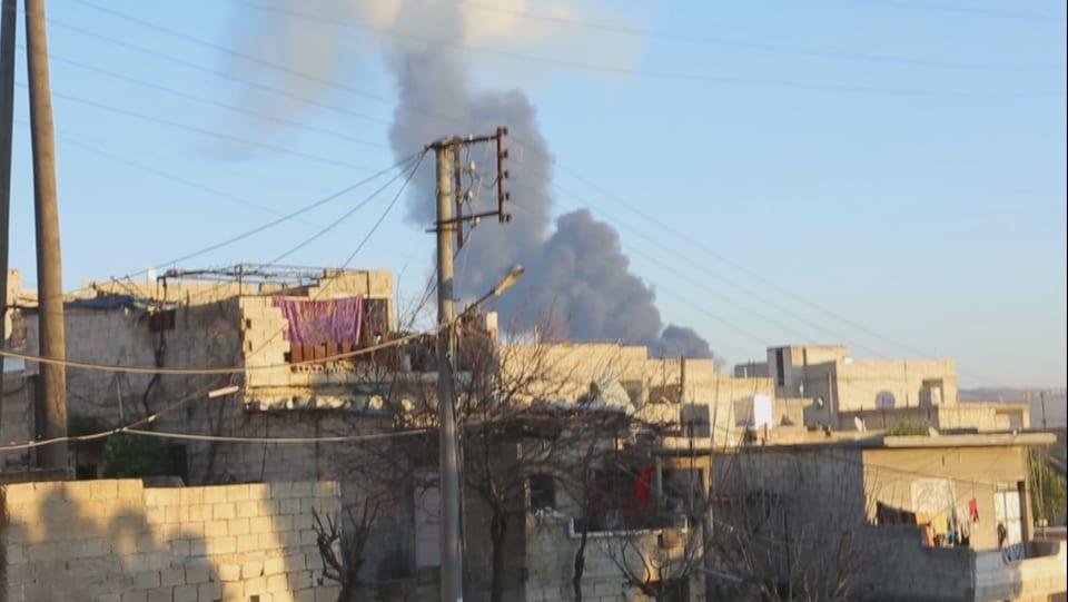 Rauchpilz über einem Wohnquartier von Afrin