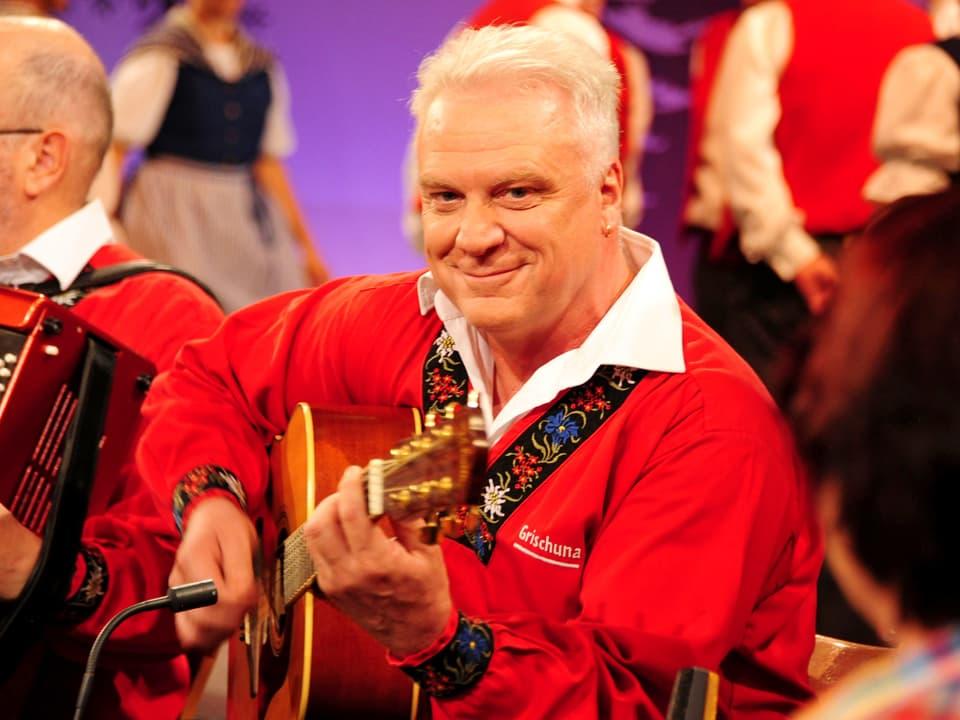 Mann mit Gitarre gross im Bild.