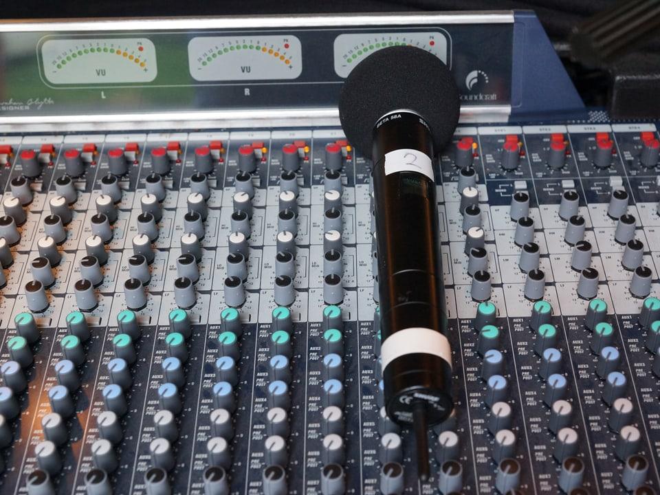 Mobiler Radio-Sendepult mit Handmikrophon.