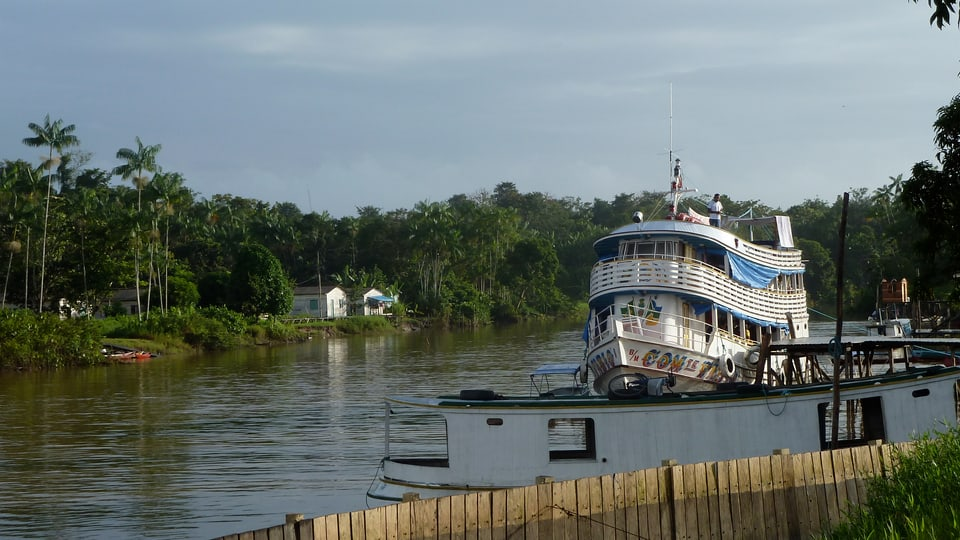 Das Justizschiff auf dem Amazonas legt im Dorf Itamatatuba an.