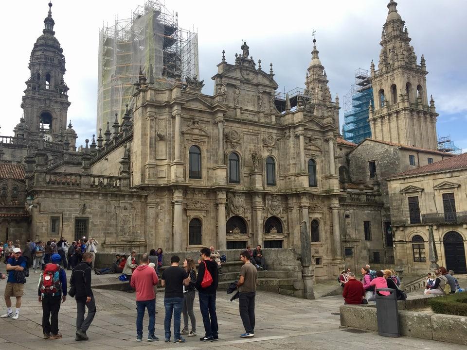 Plger und Touristen auf dem Vorplatz der Kathedrale von Santiago de Compostela