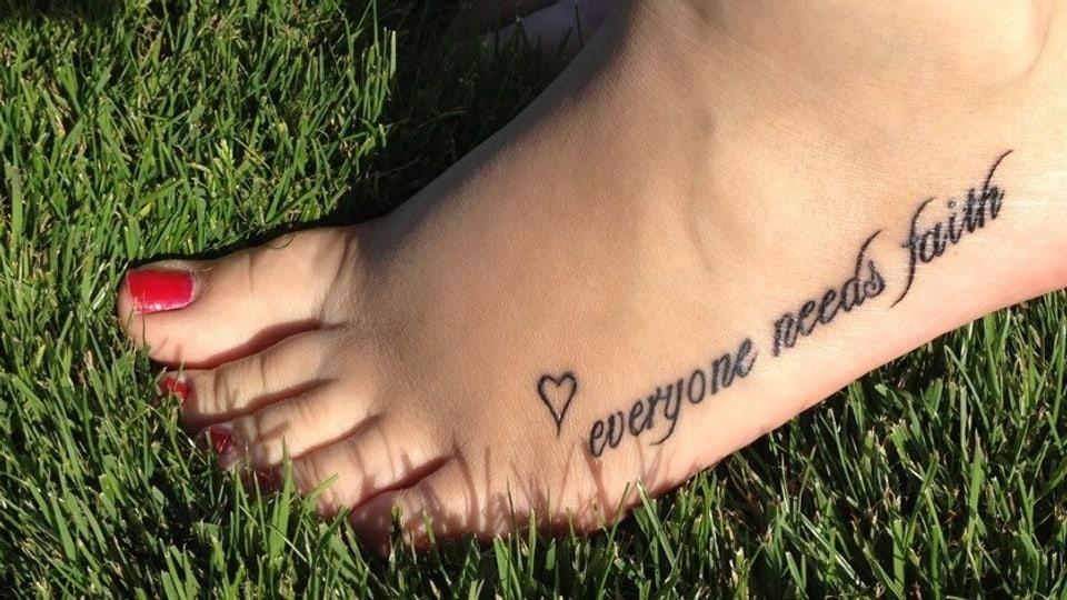 """Magdalena Jurcevic aus Cham zeigt uns ihr Fuss-Tattoo: """"Ich bin davon überzeugt, dass jeder Mensch einen Glauben braucht - egal welchen."""""""
