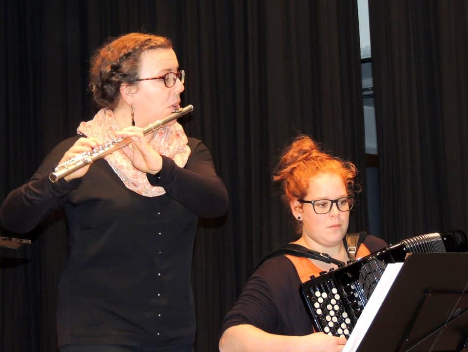 Eva-Maria Boppart a la flauta traversa e Sidonia Caviezel a l'accordeon